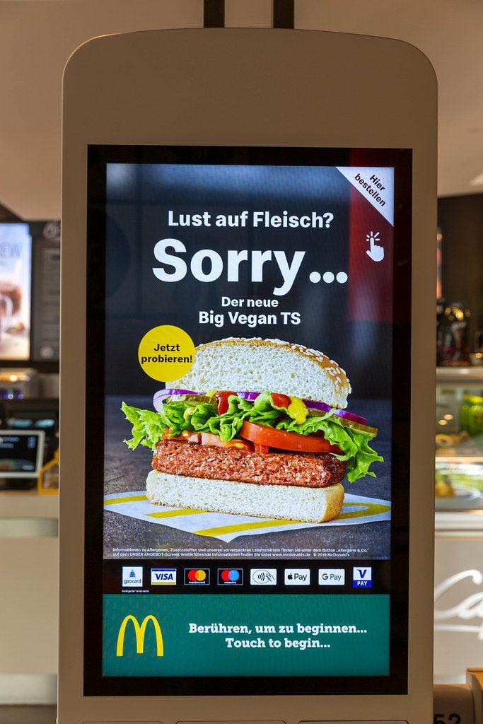 McDonalds schaltet Werbung für den neuen, fleischlosen Big Vegan TS Burger am Bestellautomat