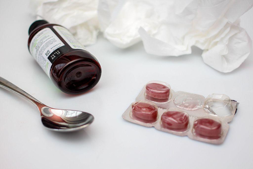 Medikamente gegen Erkältung vor weißem Hintergrund