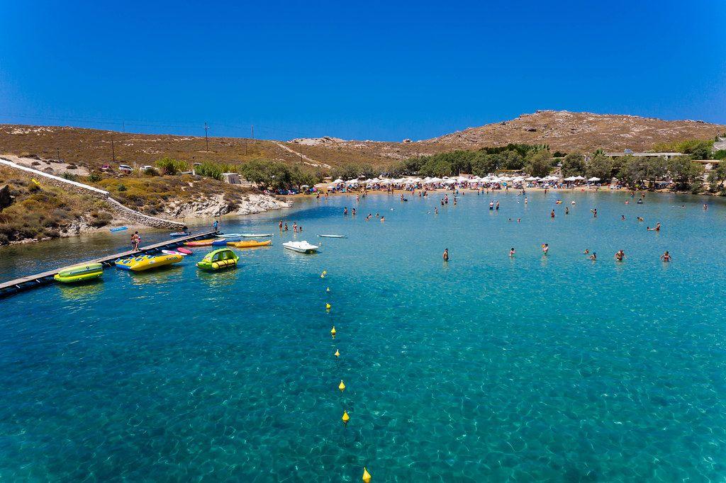 Menschen baden während des Sommerurlaubs im Mittelmeer, vor dem Strand Monastiri von Korakas, auf der griechischen Insel Paros