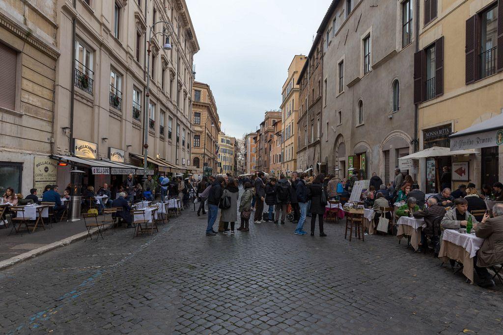 Menschen in einer Gasse in Rom