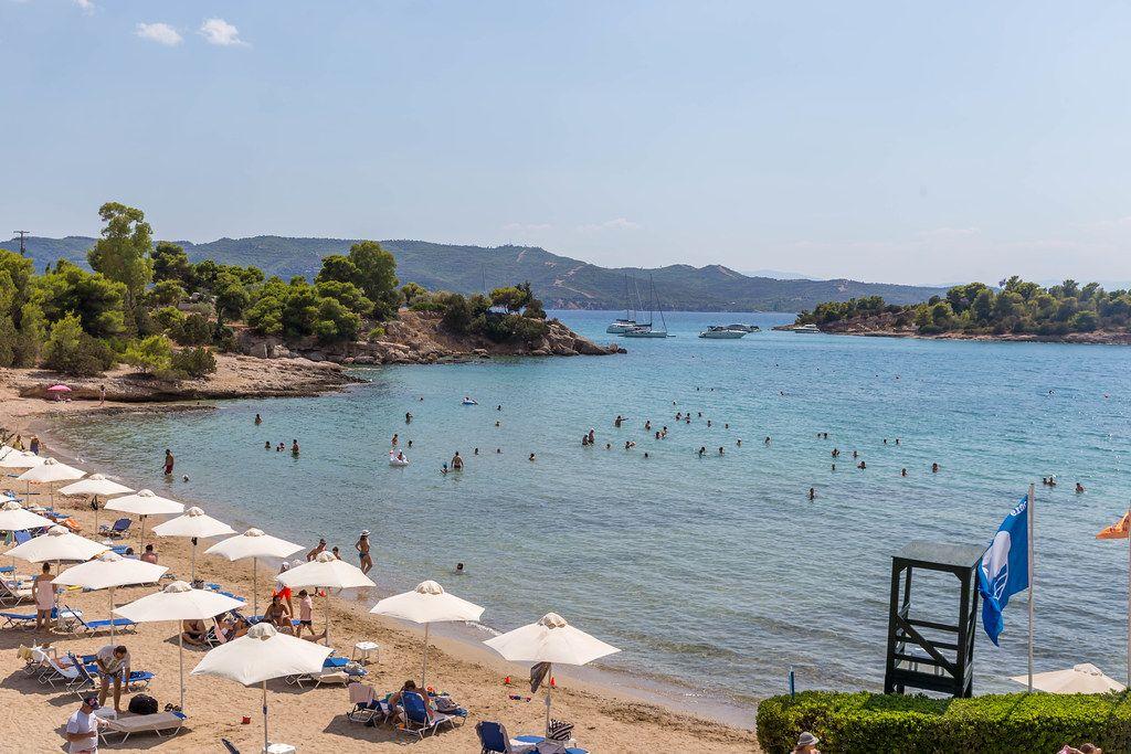 Menschen machen Strandurlaub in Chinitsa auf der Peloponnes und baden im offenen Meer
