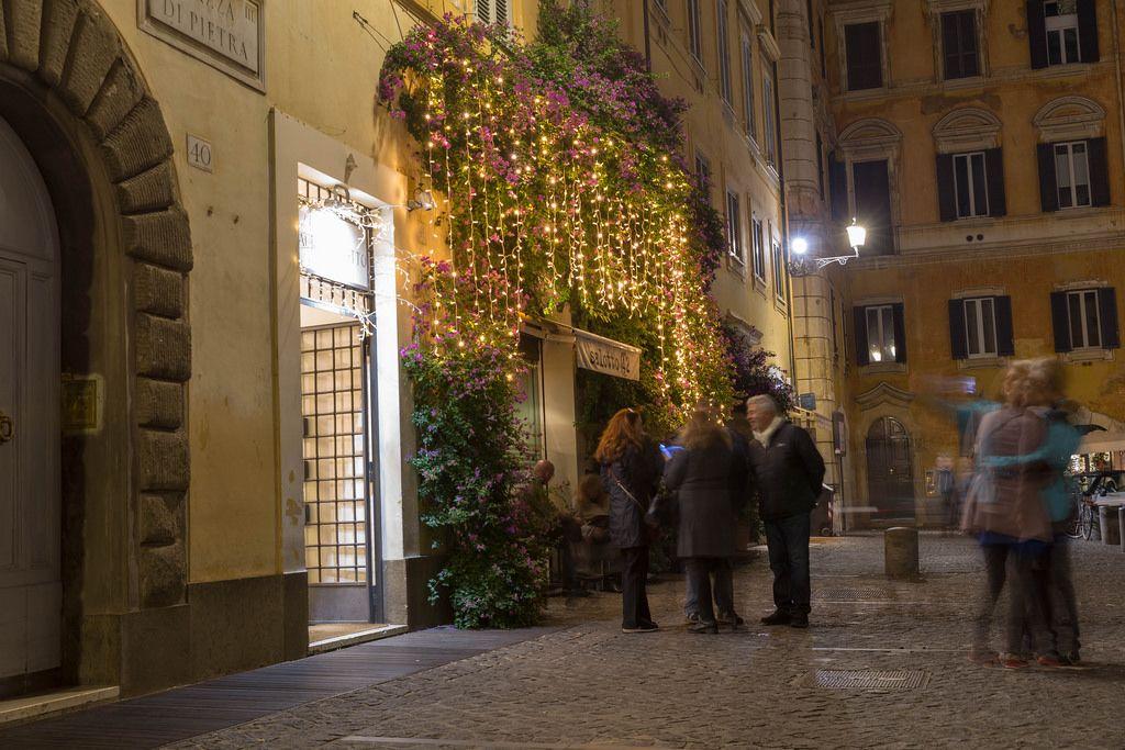Menschen unterhalten sich auf einem Platz in Rom