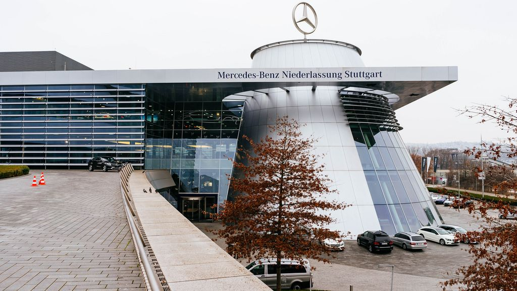 Mercedes-Benz modern showroom / Mercedes-Benz moderner Showroom