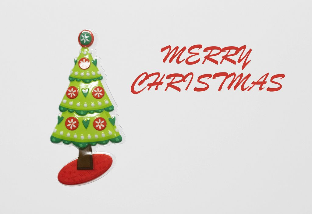 Merry Christmas - Schriftzug mit einem Weihnachtsbaum auf weißem Hintergrund