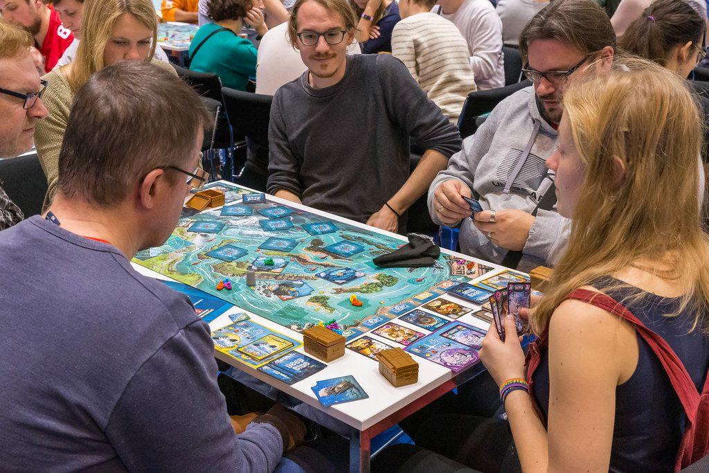 Messebesucher spielen DeepBlue