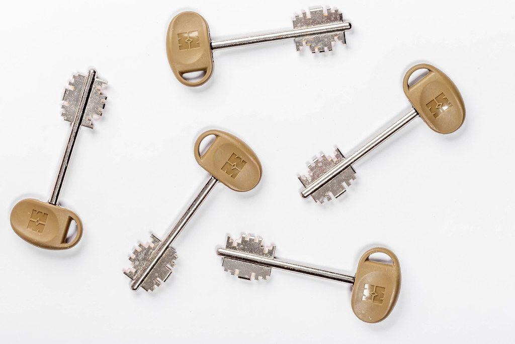 Metallschlüssel auf weißem Untergrund