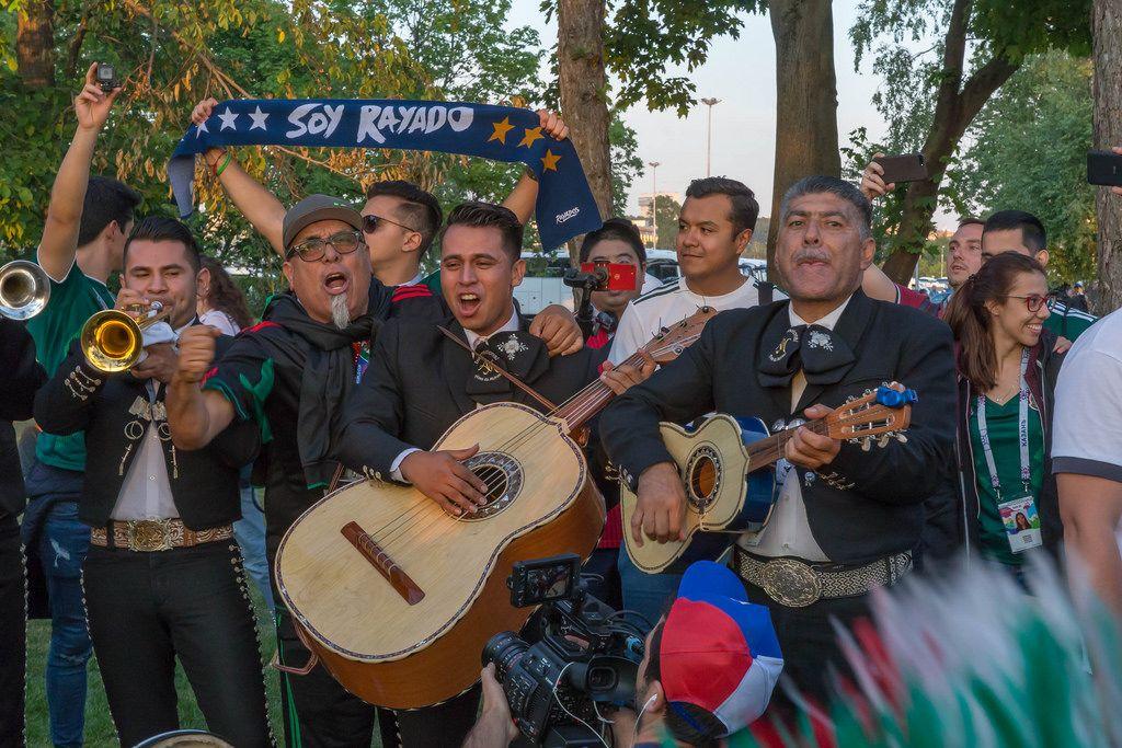 Mexikanische Fußball-Fans gekleidet als Mariachi