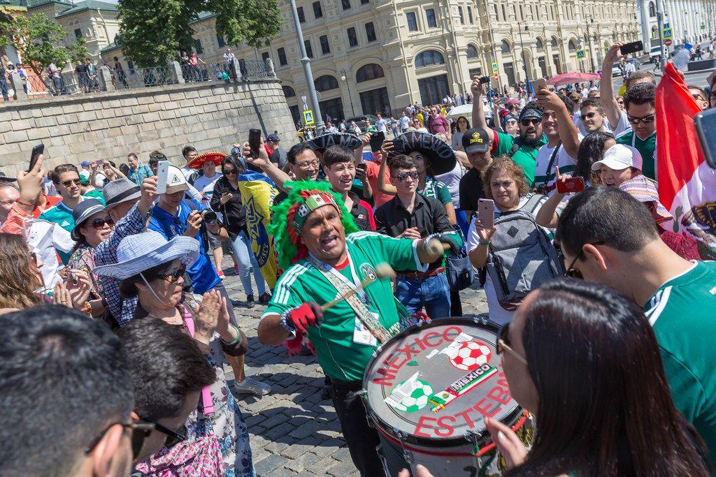 Mexikanische Fußball-Fans versammelt um einen Trommler