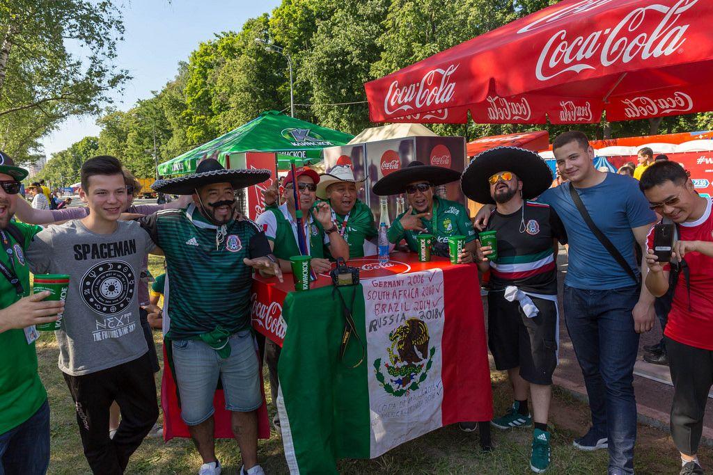 Mexikanische Fußballfans posieren für Fotos