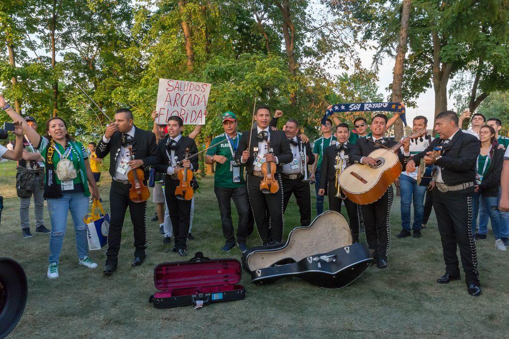 Mexikanische Fußballfans spielen Musik