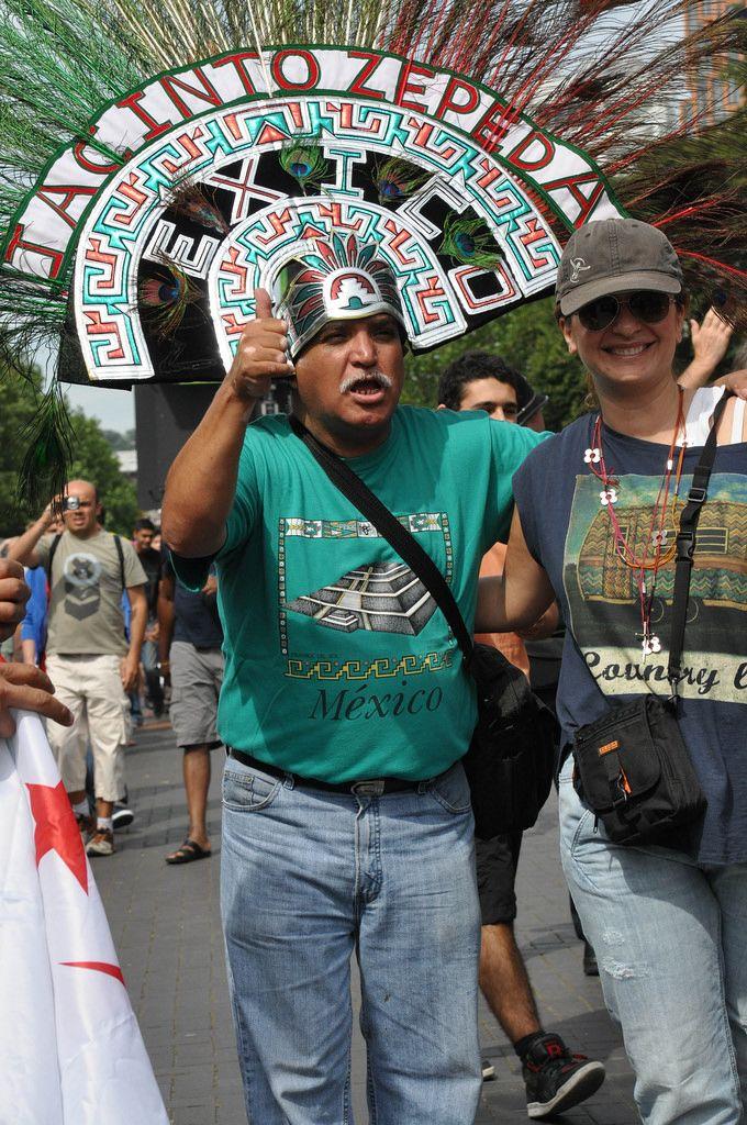 Mexikanischer Mann mit aztekischem Kopfschmuck bei den London Olympics 2012