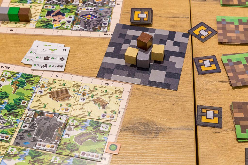 Minecraft Brettspiel auf einem Holztisch ausgebreitet