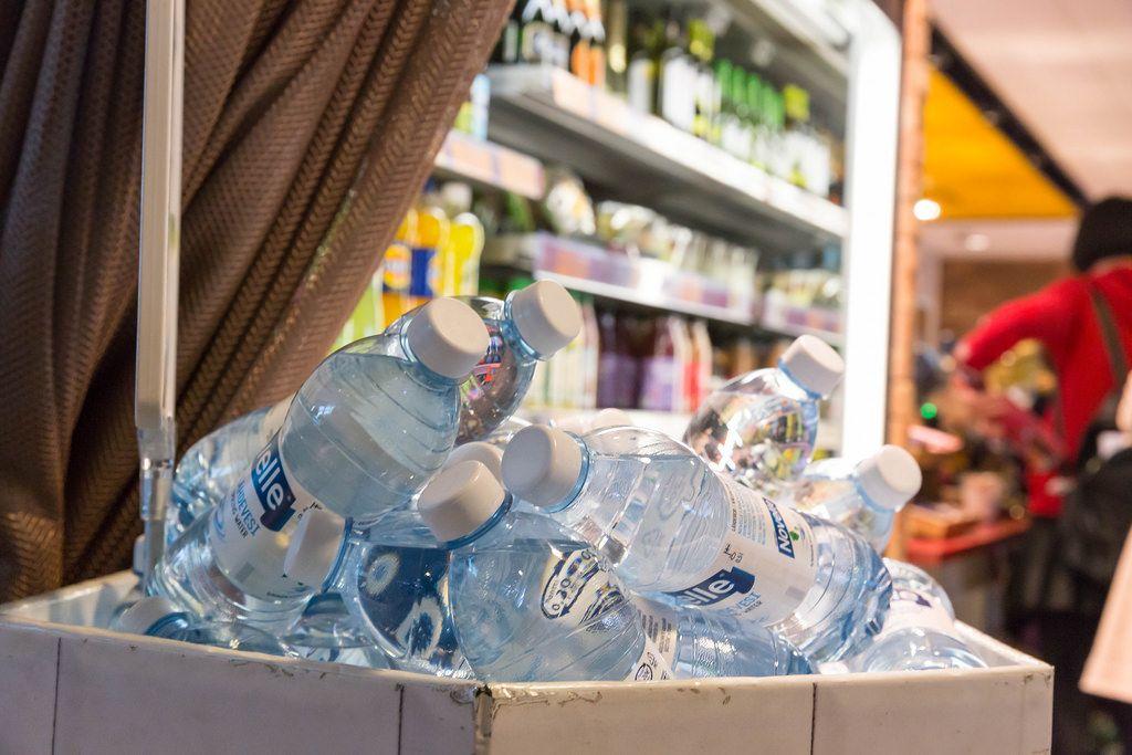 Mineralwasserflaschen (0,5L) im Duty-Free-Shop