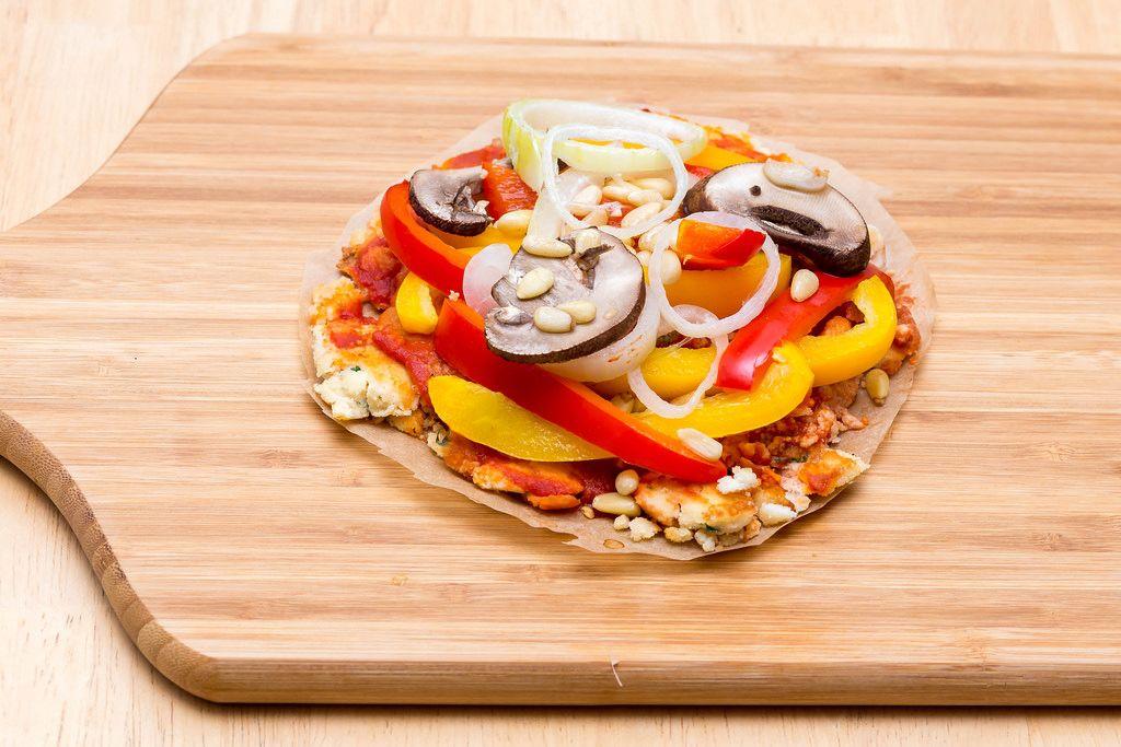 Mini-Pizza nach Paelo-Rezept mit Kokosmehl, Gemüse und Pinienkernen