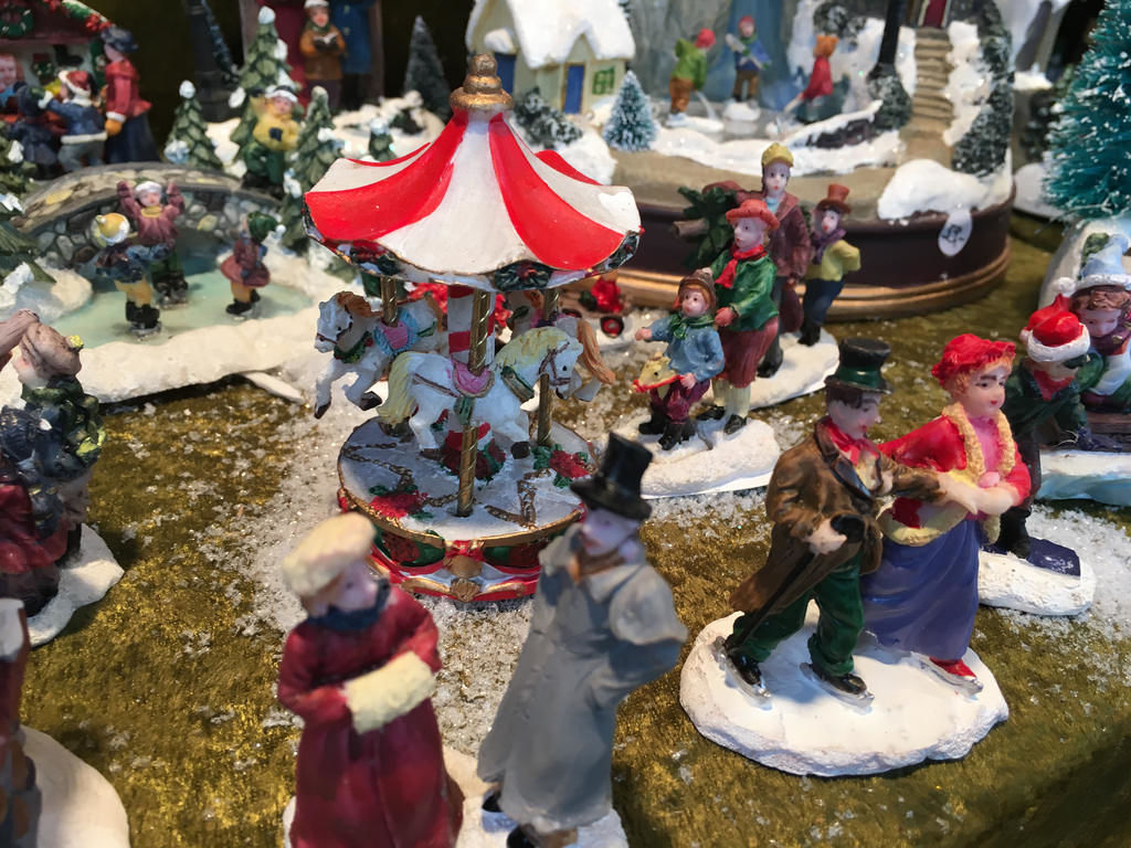 Miniatur-Weihnachtslandschaft auf dem Weihnachtsmarkt