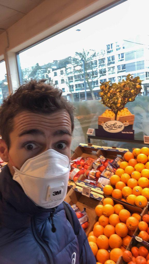 Mit FFP3-Mundschutz in Corona-Zeiten einkaufen gehen: Orangen als Vitamin-C-Quelle kaufen