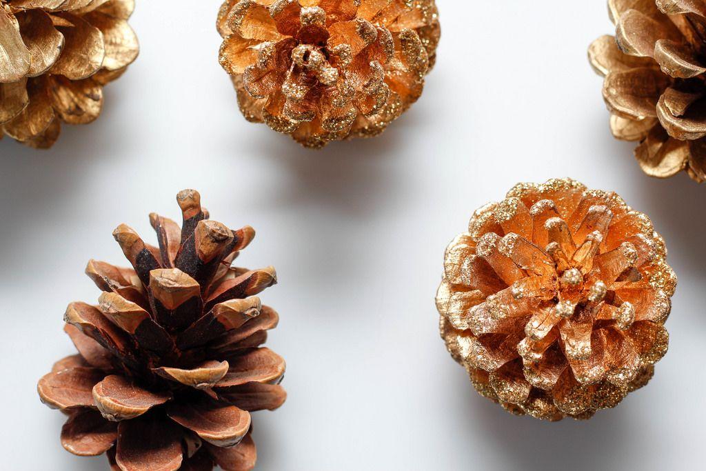 Mit goldener Farbe besprühte Kiefernzapfen, Weihnachtsdekoration
