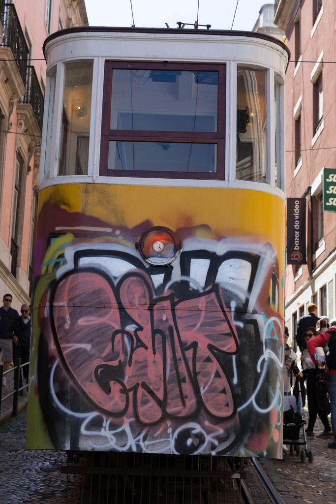 Mit Graffiti besprühter Zug Eléctrico 28 in Lissabon, Portugal