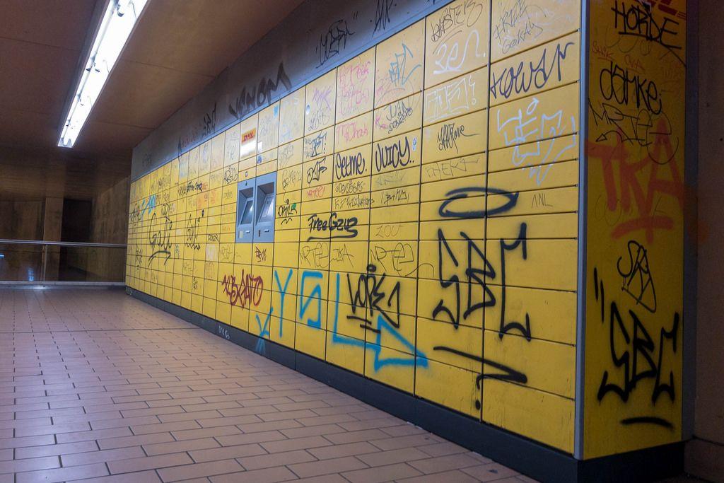 Mit Graffiti verschmierte Packstation in Köln-Ehrenfeld