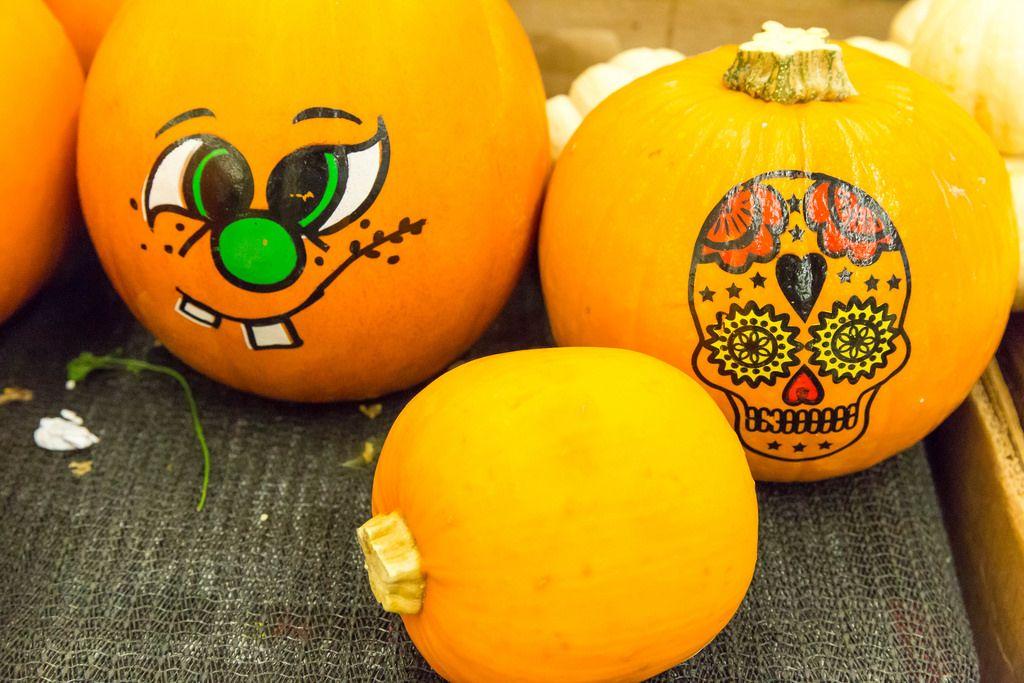 Mit Halloween-Motiven bemalte Kürbisse im Supermarkt