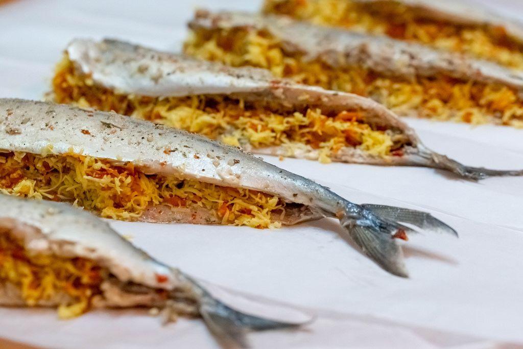 Mit Käse gefüllte Makrelen vor dem Backen auf weißem Hintergrund