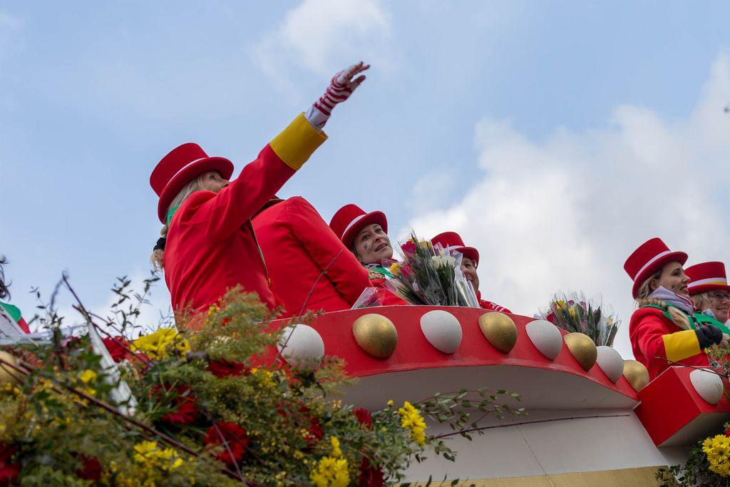 Mitglieder der Große Kölner KG im Wagen beim Rosenmontagszug - Kölner Karneval 2018