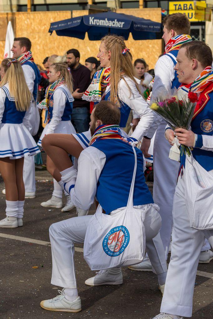 Mitglieder des Tanzkorps KG Mullemer Junge beim Rosenmontagszug - Kölner Karneval 2018