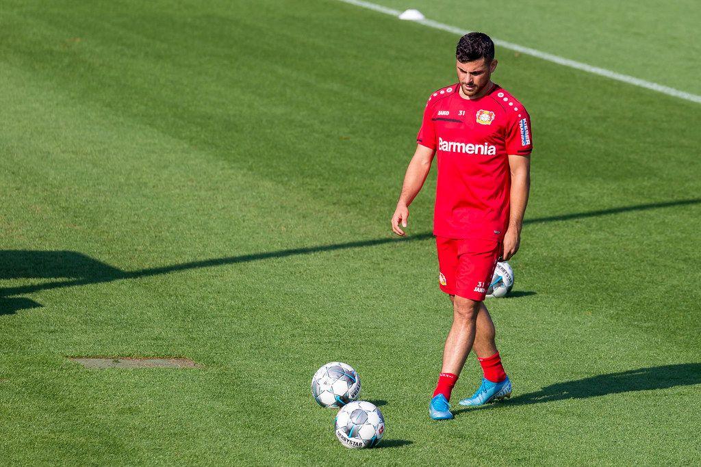 Mittelstürmer Kevin Volland trainiert mit Derbystar-Fußbällen draußen auf dem Fußballplatz