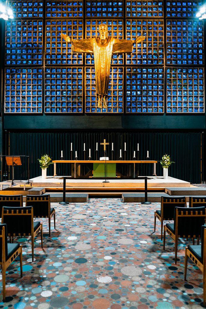 Moderner Altar und Innenarchitektur der Kaiser Wilhelm Gedächtniskirche am Breitscheidplatz in Berlin