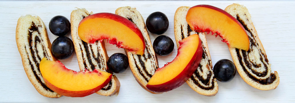 Mohnkuchen mit Früchten