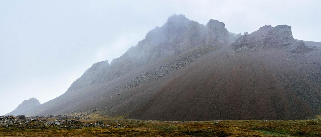 Moody mountain in clouds / Moody Berg in den Wolken
