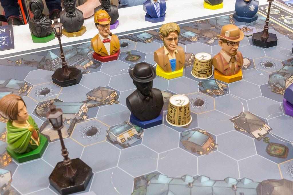 Mr Jack Extension Spiel mit großen Figuren von Bruno Cathala und Ludovic Maublanc Spielbrett in der Nahaufnahme