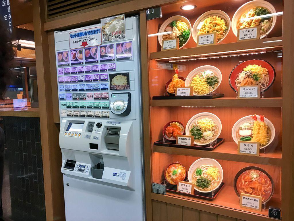 Münzautomat mit diversen japanischen Gerichten