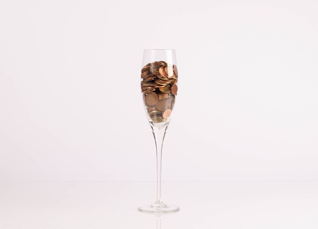Münzen in einem Champagnerglas