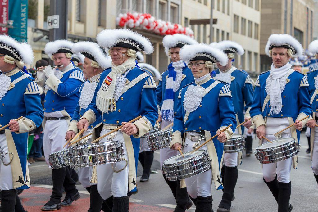 Musikkorps der Blauen Funken beim Rosenmontagszug - Kölner Karneval 2018