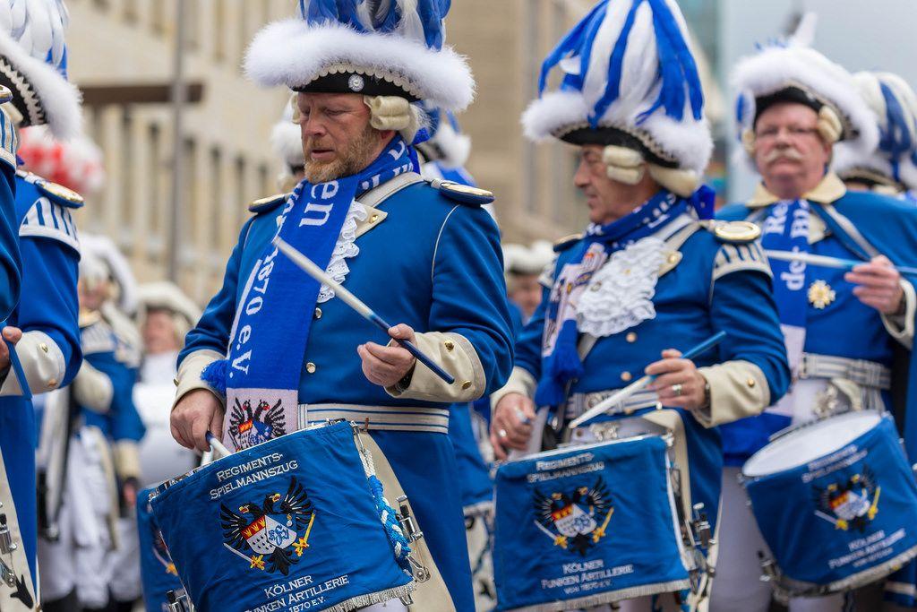 Musikkorps der Kölner Funken Artillerie beim Rosenmontagszug - Kölner Karneval 2018