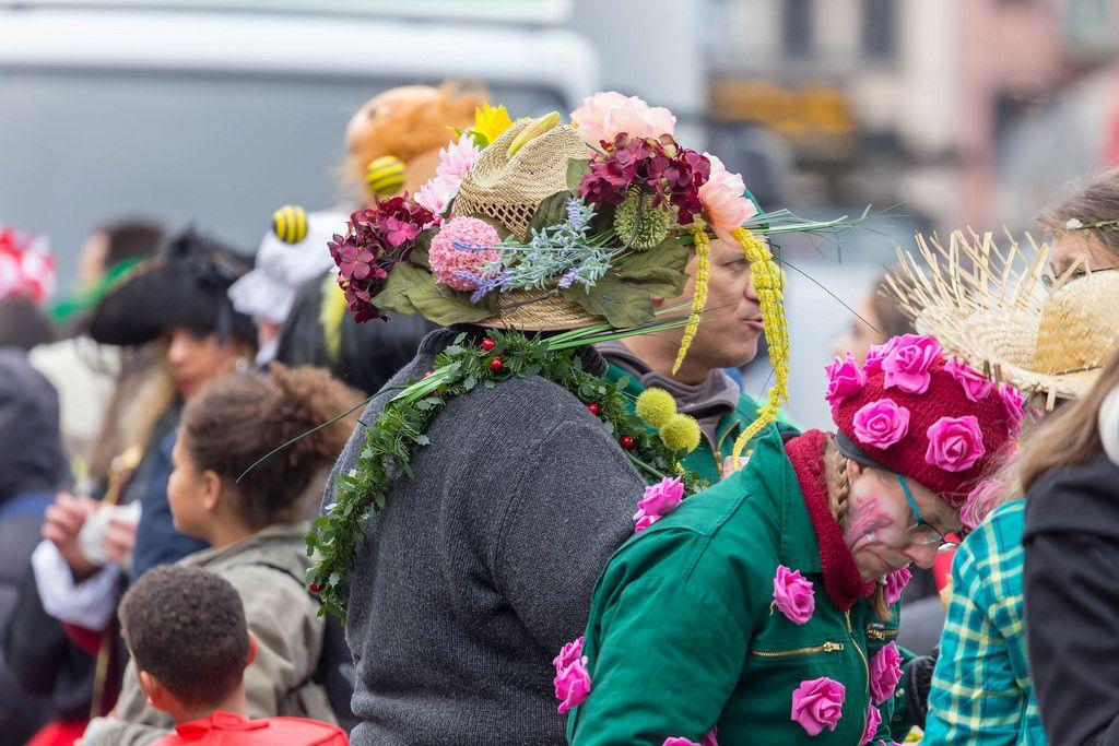 Mütze und Hut mit Blumen dekoriert - Kölner Karneval 2018