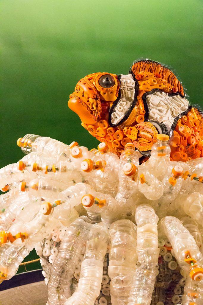 Nachgebaut aus Plastik: Echter Clownfisch in einer Anemone