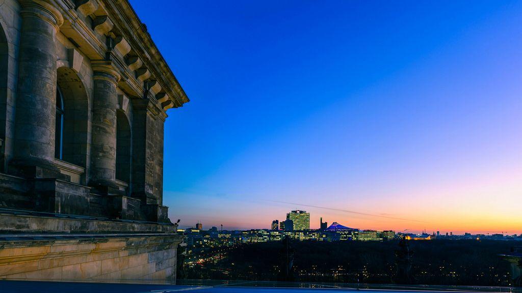 Nachtaufnahme von Berlin inklusive des Bahntower der Deutschen Bahn