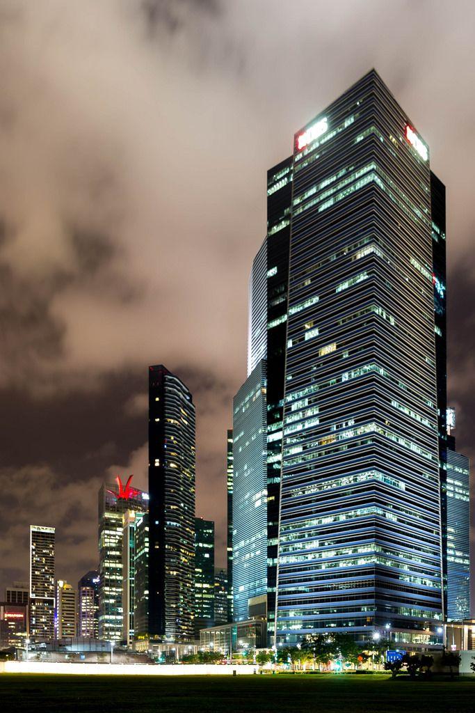 Nachtaufnahme: Wolkenkratzer in Singapur
