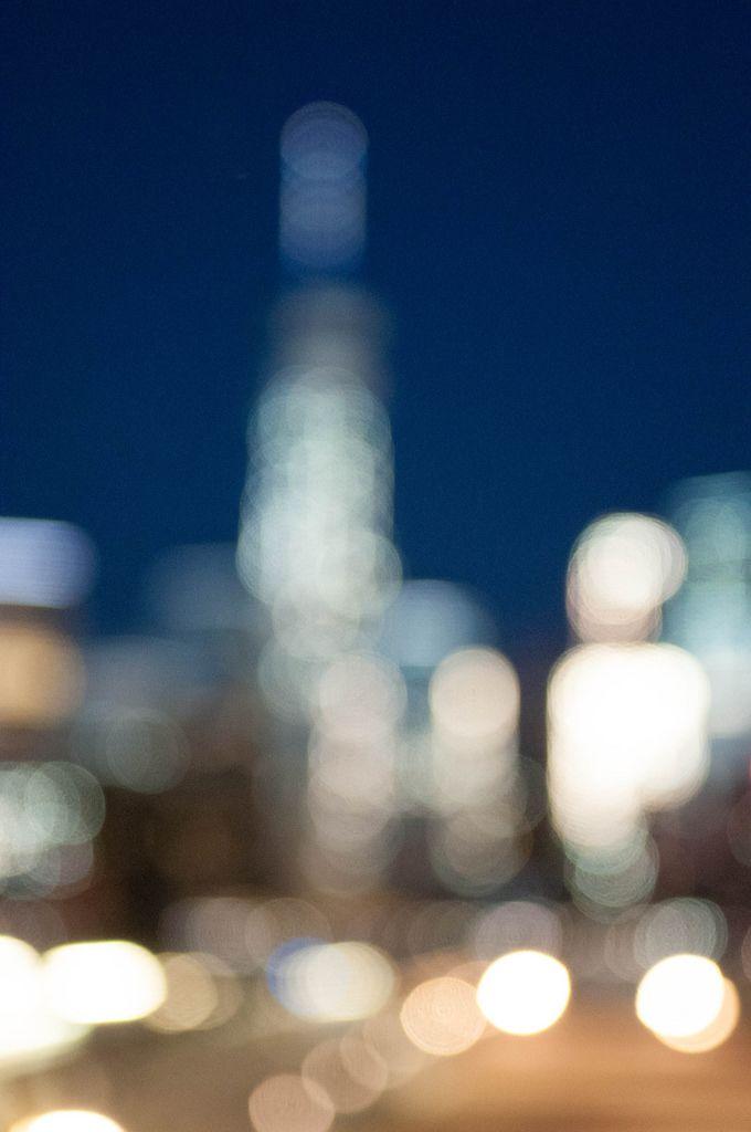 Nachtlichter der Skyline aufgenommen als Hintergrundunschärfe (Bokeh), USA