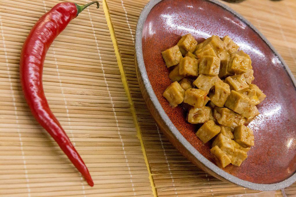 Nagel - vegane Bio-Tofu Würfel mit scharfem Chili auf einem Teller zum Probieren