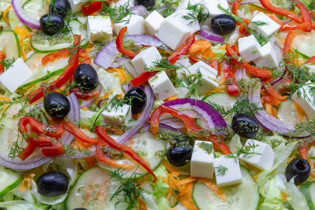 Nahaufnahme auf einen gemischten mediteranen Salat mit Dill und Feta Käse