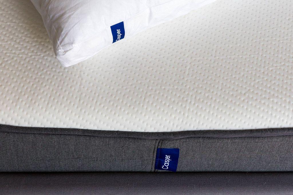 Nahaufnahme der Casper-Matratze aus atmungsaktivem Memoryschaum und offenzelligem Latex, unterstützt die Wirbelsäule im Schlaf