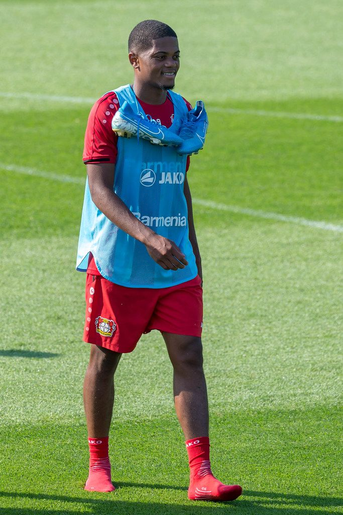 Nahaufnahme des Profi-Fußballers Leon Bailey ohne Schuhe, nach dem Mannschaftstraining