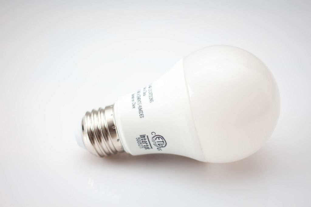 Nahaufnahme - Eine LED Glühbirne auf weißem Hintergrund