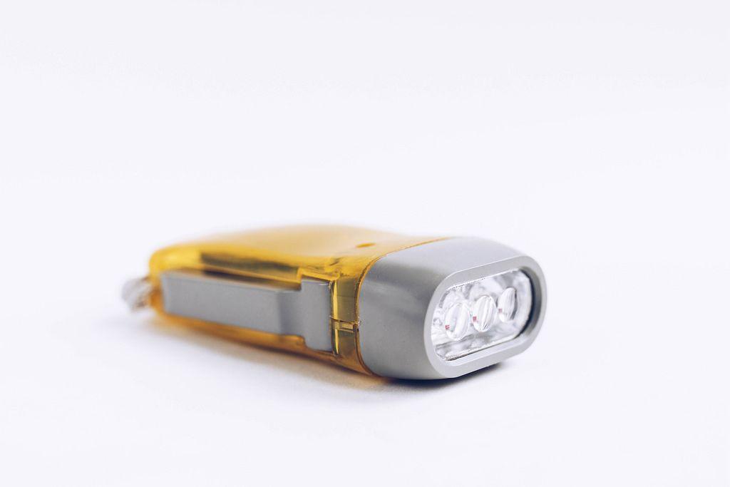 Nahaufnahme einer gelben Taschenlampe