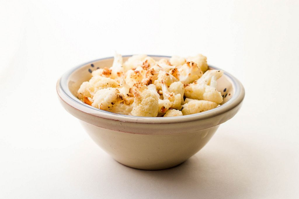 Nahaufnahme einer Keramikschüssel mit gekochtem Blumenkohl