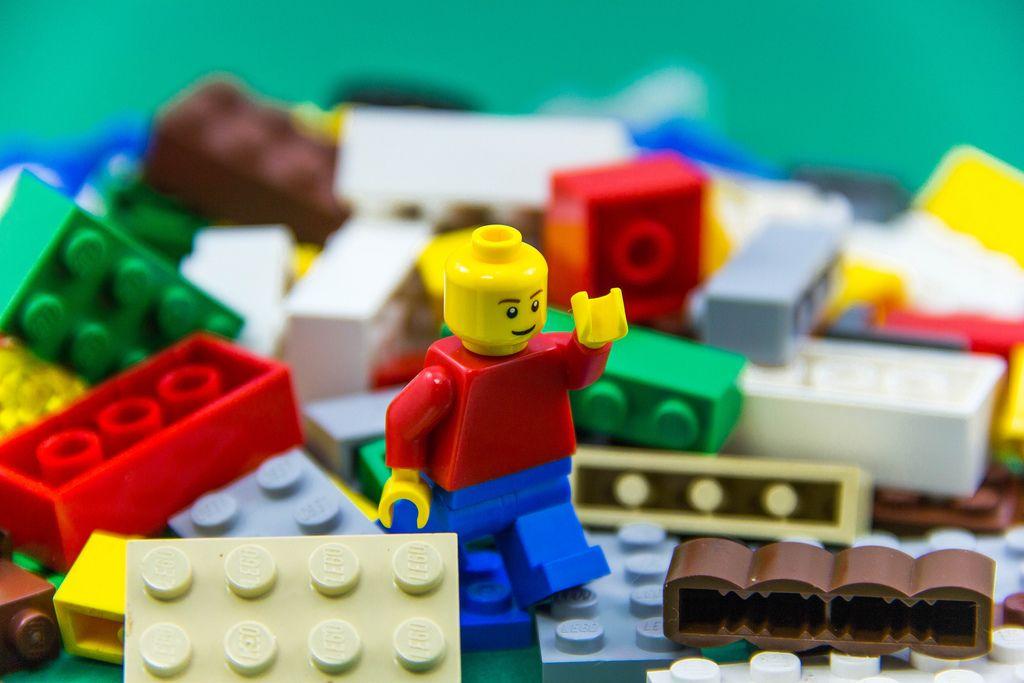 Nahaufnahme einer Legofigur zwischen verschiedenen Legosteinen