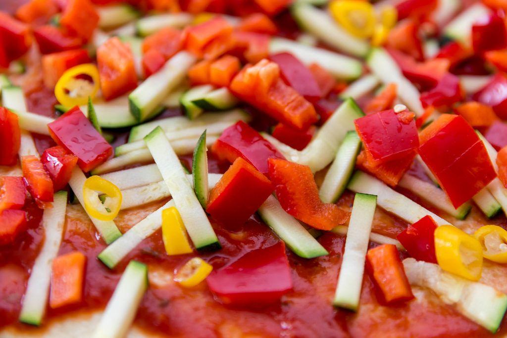 Nahaufnahme einer vegetarischen Pizza mit Zucchini und Paprika
